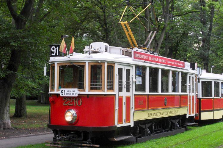 Historická tramvaj s vlečným vozem