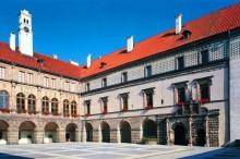 El castillo está abierto todo el año, solo durante la temporada de invierno necesitamos al menos 10 participantes en la gira