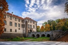 Obec Nelahozeves je nedaleko Prahy a láká na příjemný půldenní výlet