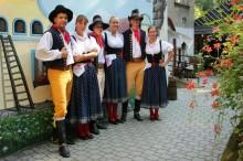 Tanečníci a hudebníci v krojích