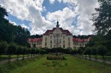 Park Barikadniku and a majestic school